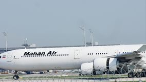 Aterrizaje grande del avión del pájaro del aire de Magan en el aeropuerto de Munich, MUC almacen de video