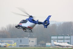 Aterrizaje holandés del helicóptero policial foto de archivo
