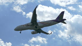 Aterrizaje inminente del avión de reacción a Don Mueang International Airport Thailand