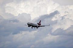 Aterrizaje MD-11 en las nubes Imagenes de archivo