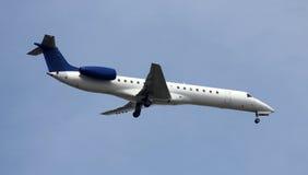 Aterrizaje moderno del jet Fotografía de archivo