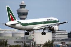 Aterrizaje plano de Alitalia Airbus Fotos de archivo