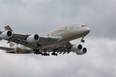 Aterrizaje plano de las líneas aéreas de Etihad Fotos de archivo libres de regalías