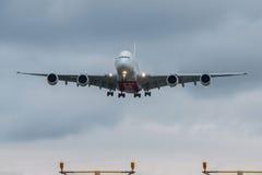 Aterrizaje plano de las líneas aéreas de los emiratos Fotos de archivo