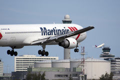 Aterrizaje plano de Martinair Boeing Imagen de archivo