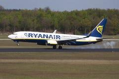 Aterrizaje plano de Ryanair Boeing 737 Imágenes de archivo libres de regalías