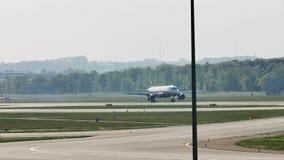 Aterrizaje plano del aeroplano en el aeropuerto de Francfort, FRA