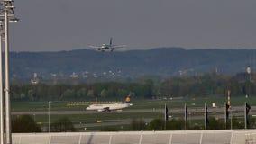 Aterrizaje plano en el aeropuerto de Munich, primavera almacen de metraje de vídeo