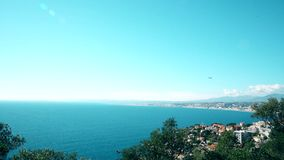 Aterrizaje plano en Niza azur del ` del corral d del aeropuerto Mar y sol almacen de video