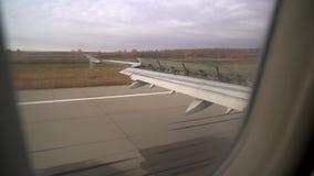 Aterrizaje plano las aletas de los aviones Ala del avión Ventana del aeroplano Ala del aeroplano de la ventana Vuelo del aeroplan metrajes