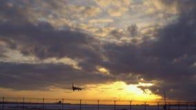 Aterrizaje plano Puesta del sol, nubes azules del cielo, púrpuras y anaranjadas en el fondo almacen de metraje de vídeo