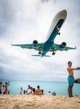 Aterrizaje plano que vuela sobre Maho Beach famosa foto de archivo libre de regalías