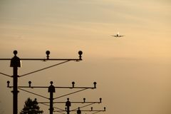 Aterrizaje plano, silueta imagen de archivo