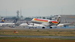 Aterrizaje regional del bombardero CRJ-1000 de Iberia metrajes