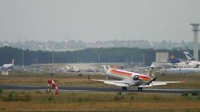 Aterrizaje regional del bombardero CRJ-1000 de Iberia almacen de metraje de vídeo