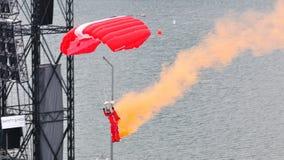 Aterrizaje rojo del paracaidista de los leones durante NDP 2011 Fotografía de archivo libre de regalías