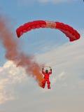 Aterrizaje rojo del paracaidista de los leones durante NDP 2011 Imagen de archivo