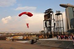 Aterrizaje rojo del paracaidista de los leones durante NDP 2011 Fotos de archivo libres de regalías