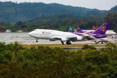 Aterrizaje tailandés de Boeing 747 en el aeropuerto fotos de archivo