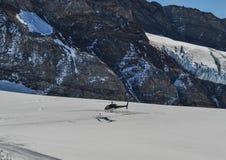 Aterrizaje turístico del helicóptero en el glaciar foto de archivo