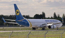 Aterrizaje Ukraine International Airlines Boeing 737-800 aviones Fotos de archivo libres de regalías