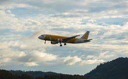 Aterrizaje y acercamiento de Airbus en Phuket imágenes de archivo libres de regalías