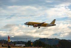 Aterrizaje y acercamiento de Airbus en Phuket fotos de archivo