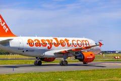 Aterrizaje y llegadas en el aeropuerto de Vaclav Havel, Praga, Jet Airbus fácil A319-111 de detrás imagen de archivo