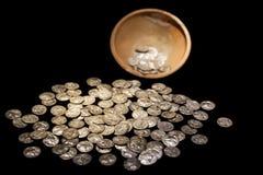 Atesore el pote con oro antiguo y dinero de las monedas de plata Foto de archivo libre de regalías
