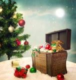 Atesore la caja llenada de los ornamentos y de los presentes de la Navidad Imagenes de archivo