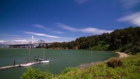 Atesore la opinión de la isla del puente de la bahía a Oakland almacen de metraje de vídeo