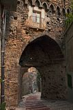 Atessa, Abruzzo, Italien: das mittelalterliche Stadttor Porta di San Gius lizenzfreie stockfotografie