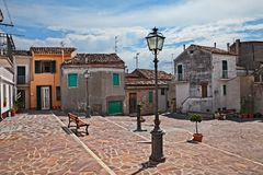 Atessa, Chieti, Abruzzo, Italien: wenig Quadrat in der alten Stadt stockfotografie