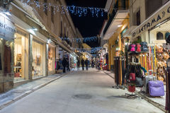 ATHÈNES, GRÈCE - 19 JANVIER 2017 : Photo de nuit de rue dans la vieille ville de Plaka, Athènes, Grèce Photo stock
