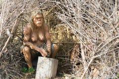 Athènes, Grèce le 17 janvier 2016 Modèle humain préhistorique de femme dans une caverne faite de bois Image libre de droits
