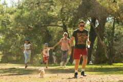Athènes, Grèce le 4 octobre 2015 La famille courant au parc en concurrence de famille courent avec votre chien en Grèce Photos libres de droits