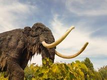 Athènes, Grèce le 2 octobre 2016 Vieux modèle d'un mammouth animal préhistorique à un parc Photographie stock libre de droits
