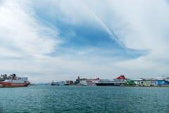 Athènes, Grèce - 9 mars 2018 : Ferries dans le port de passager photos stock