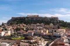 ATHÈNES, GRÈCE - 8 MARS 2018 : La vue de la roche d'Acropole et le Monastiraki ajustent à Athènes image stock