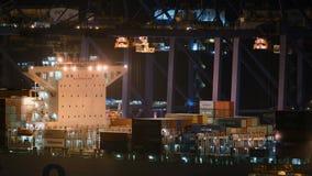 Athènes, Grèce - 15 novembre 2017 : chargement de transporteur de récipient au port de Perama à Athènes banque de vidéos