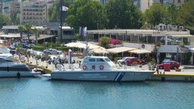 ATHÈNES - LA GRÈCE, JUIN 2015 : bateau de la garde côtière dans le port banque de vidéos