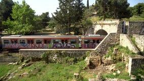 Ath?nes, Gr?ce - 26 04 2019 : Train sous les pentes de l'Acropole, Athènes banque de vidéos