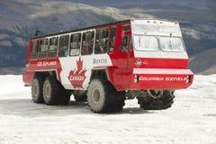 Athabasca冰川冰探险家卡车 免版税图库摄影