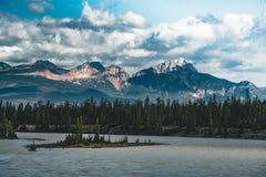 Athabasca河由加拿大落矶山脉流动在亚伯大,加拿大 免版税库存图片