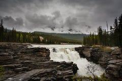 Athabasca fällt an einem nassen regnerischen Tag Lizenzfreie Stockfotografie