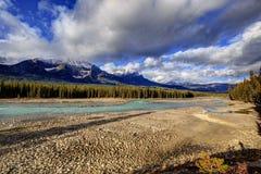 Athabasca flod med lågvattennivån Arkivbild