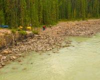 Athabasca Fluss im Jaspis-Nationalpark stockfotografie