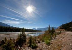 Athabascaeiland met brug aan Jasper Lodge stock fotografie
