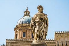 Athedral kyrka av Santa Rosalia och statyer av Sant ` Oliva i Palermo Arkivbild
