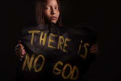 Atheistisches jugendlich Mädchen, das eine Fahne mit der Aufschrift hält Stockfotografie